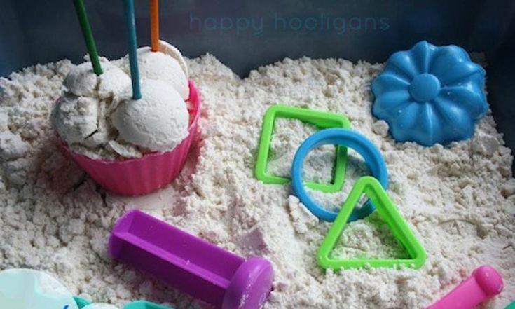 Fabriquez du sable de lune pour les enfants, avec seulement 2 ingrédients!
