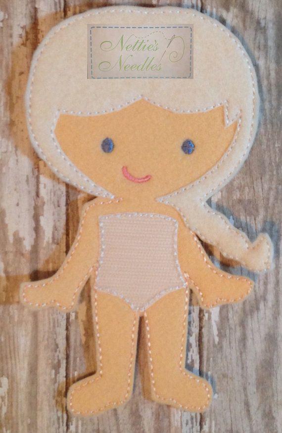 Listado incluye: 1 muñeca   El traje adapta a todas las muñecas de niñas. Equipo se vende por separado.  La muñeca mide 7 alto y 4 1/4 de ancho.  FAQ: ¿Cómo la ropa y los accesorios se adhiere a la muñeca?  A través de un montón de ensayo y error, he descubierto que lo que sigue es el mejor método para adherirse a la ropa a la muñeca.  Hacer los calzoncillos de la muñeca con el lado del gancho de un pedazo de Velcro. Las piezas pequeñas, como los zapatos, etc., tienen un producto llamado…