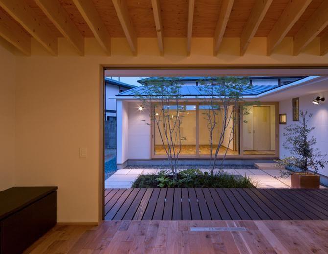 平屋のコートハウスの部屋 リビングから中庭を見る