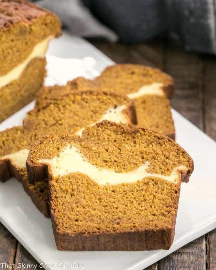 Frischkäse gefülltes Kürbis-Brot Ein feuchtes, köstliches Kürbis-Laib mit einem Band aus Frischkäse in der Mitte!