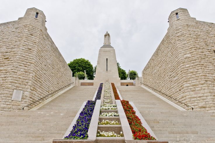 Construit au centre-ville de #Verdun le monument à la victoire et aux soldats de #Verdun, il offre une vue imprenable sur la #ville.  Une cérémonie a lieu chaque année le 1er novembre pour accueillir la Flamme sacrée qui brûle sous l'Arc de Triomphe à Paris. Cette cérémonie s'inscrit dans le cadre des commémorations de l'Armistice et du Choix du Soldat Inconnu. Crédit photo : CDT Meuse/Jan Vetter