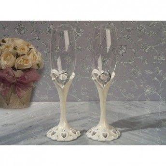 Due calici per il brindisi di nozze con una #romantica decorazione