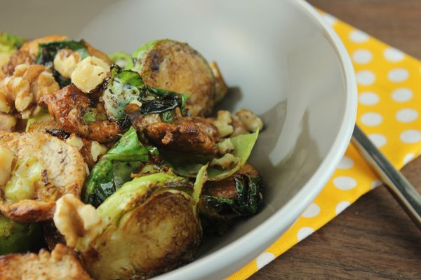 Balsamic Chicken and Brussels Sprouts is a full, tasty meal in one dish. #chickenrecipes