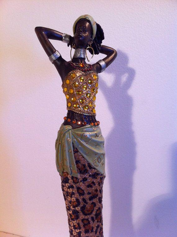 Esta escultura de mujer africana muestra el poder y la belleza de una cultura fascinante. Hecho con materiales de alta calidad y craftmanship excelente, esta es una celebración hermosa de esta cultura maravillosa y diversa. Una impresionante pieza de acento para cualquier hogar.  Hogar tendencias de interior y decoración 2013 vieron el renacimiento de arte tribal y patrones en gran forma y está aquí para quedarse por algún tiempo. Algunos interiores de añadir un toque de muebles de mimbre de…