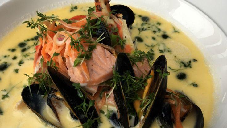 Fiskesuppe med blåskjell, krabbe eller kreps, hvit og rød fisk lager du raskt med fløte og hvitvin. Oppskrift fra Lars Erik Vesterdal i Brønsj.