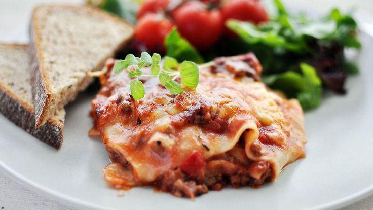 Lær hvordan du lager ordentlig lasagne med digg kjøttsaus med denne enkle oppskriften.    Pass på at du ikke går fra ostesausen når du lager den. Blir den brent er det bare å kaste den og starte på nytt.    Oppskrift av Anita Stokke/Kvardagsmat.no