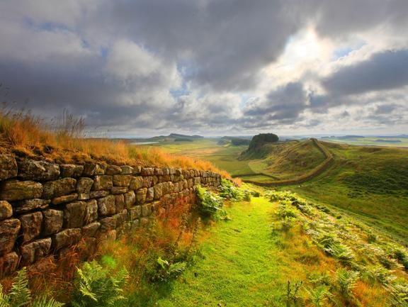 ハドリアヌスの長城(Hadrian's Wall) 英国最古の遺跡のひとつ、ハドリアヌスの長城は、ローマ人が北方部族に対抗するために築いた要塞です。今日では、北イングランドで屈指の歴史スポットとなり、特にハイカーの間でハドリアヌスの長城を踏破するルートが人気を呼んでいます。