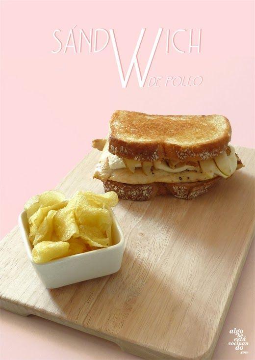 Sándwich de pollo, queso fresco, nueces y pera.