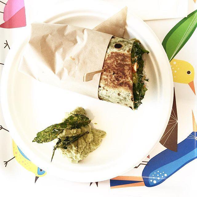 A pranzo con le 👯. Wrap di verdure e hummus di piselli. E vassoio colorato…