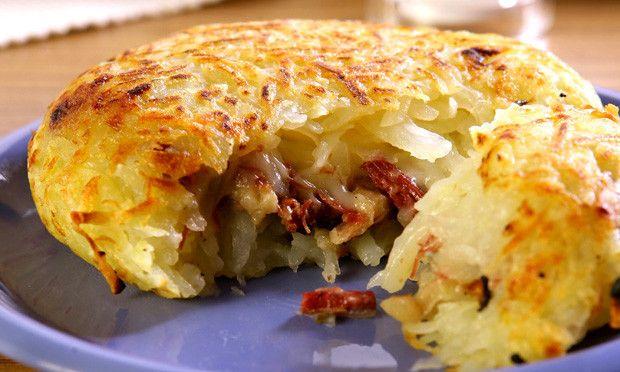 Afervente a batata por 10 minutos. Depois de fria, deixe na geladeira por 3 horas. Aqueça o óleo e doure levemente a cebola e o alho. Junte a carne desfiada e refogue por 3 minutos. Adicione a pime…