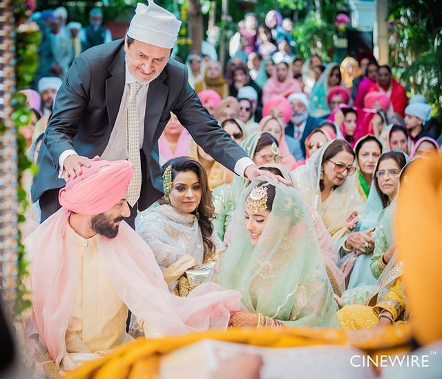 The Beautiful Palla Ceremony In Anand Karaj Signifies That The Father Is Giving Away His Daughter To The Groom Th Wedding Scarf Wedding Outfit Indian Wedding