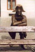 Le soldat de l'armée de Napoléon – Une autre statue, qui s'appuie sur un banc de la Place Principale (Hlavne namestie) dans le centre de Bratislava. Ce soldat rappelle aux visiteurs Napoléon lui-même, car il porte son chapeau typique (Napoléon a visité Bratislava en 1805 pour la première fois, puis en 1809 son armée a détruit le Château de Devin, proche de Bratislava). Les touristes et les locaux s'amusent en s'asseyant sur le banc sur lequel s'appuie ce soldat.