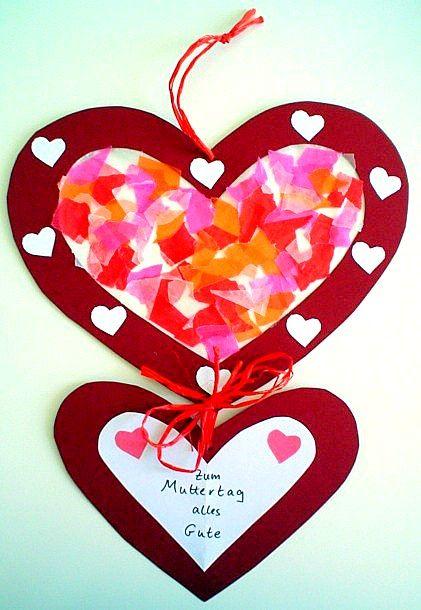 Een groot hart en een klein hart. Het grote hart binnenin versieren met crêpepapier. Op de rode rand, hartjes plakken. De hartjes aan elkaar vast maken. En een lieve boodschap op het kleine hartje. En een touwtje eraan maken om het op te hangen