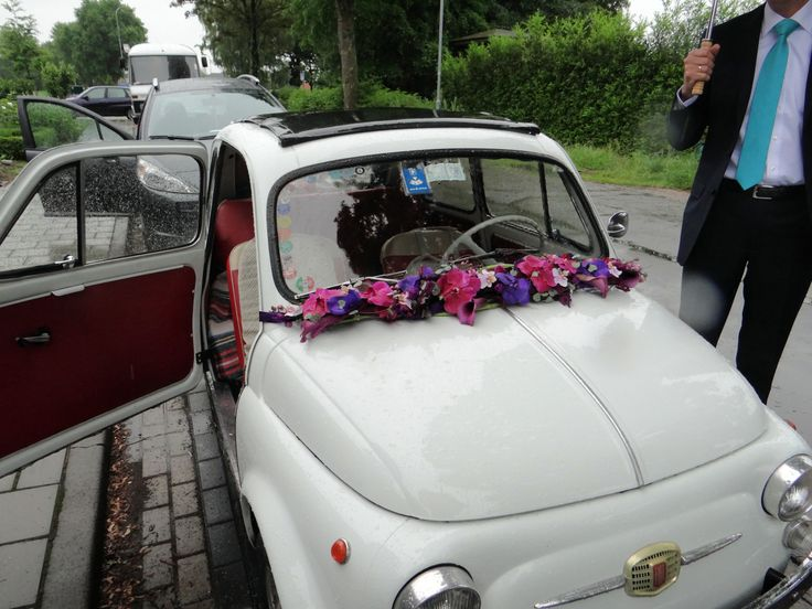 Onze bruidsauto, Fiat 500, met slinger op de voorruit