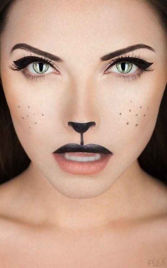une fille maquillée comme un chat pour Halloween