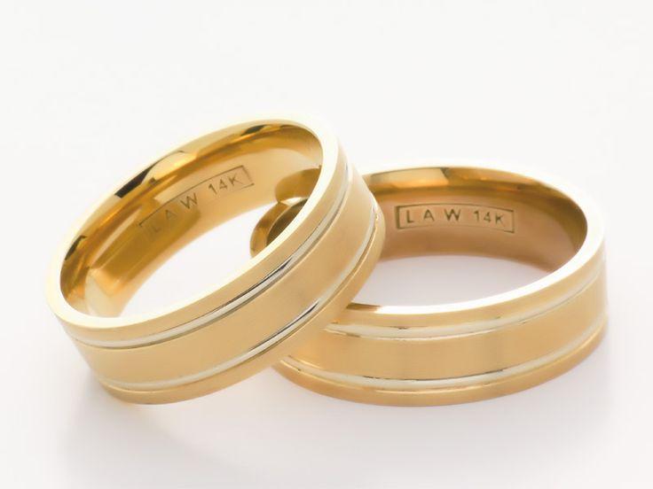 Originalmente los anillos se hacían de cuero, y luego los hicieron de hierro, pero fue cambiando hasta hacerlos de metales preciosos como el oro.