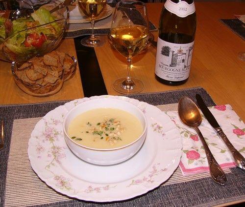 Cуп-пюре из цветной капусты. 1 небольшая луковица 3 небольших картошки 1 небольшой кочан цветной капусты 3 чашки бульона (мясного, куриного или овощного) 1/3 чашки сливок 1 ст. ложка жареных кедровых орехов соль, перец 1 ст. ложка сливочного масла