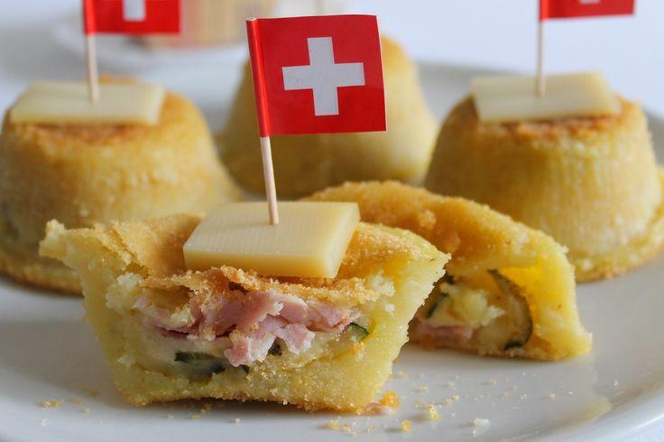 Gli sformatini di patate con prosciutto cotto, zucchine e Emmenthal sono degli antipasti sfiziosi e molto appetitosi, perfetti per un buffet. Ecco la ricetta