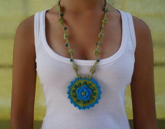 #Collar medallon turquesa de #crochet. Diseño original de DIDIcrochet en Etsy, €14.00