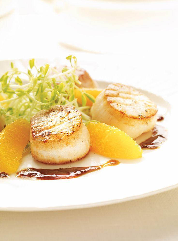Recette de pétoncles au beurre d'orange: une recette de Ricardo pour les grandes occasions. Servir en entrée. Ingrédients: pétoncles, pois mange-tout, oranges.
