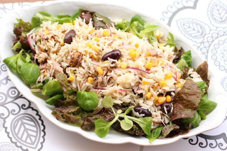 Salata de orez cu ton si salata verde. Salata de orez cu ton, porumb, ceapa rosie si masline. Cina sau pranz rapid,