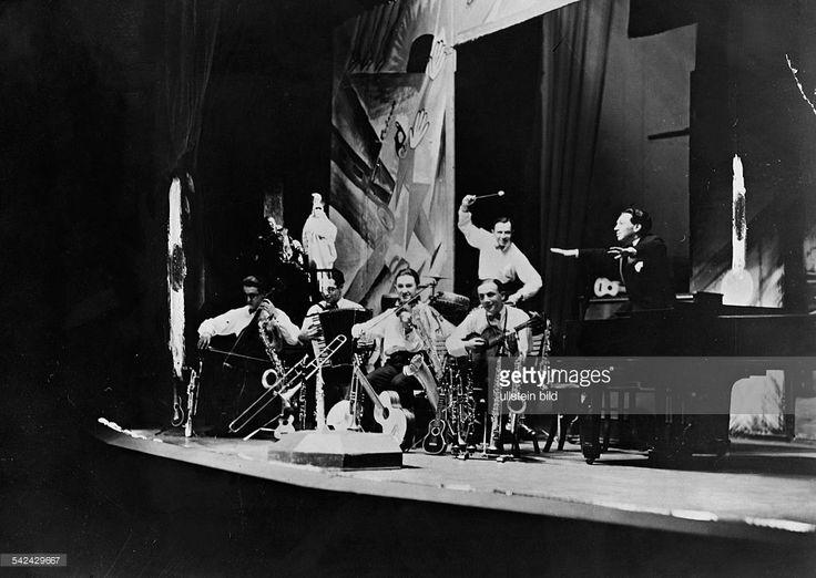 P.56/92 performance of the jazz band 'Weintraub's Syncopators' in Friedrich Hollaender's revue 'Bei uns - um die Gedächtniskirche rum'; on the grand piano: composer Friedrich Hollaender- published in the 'Berliner Morgenposqt', 1928
