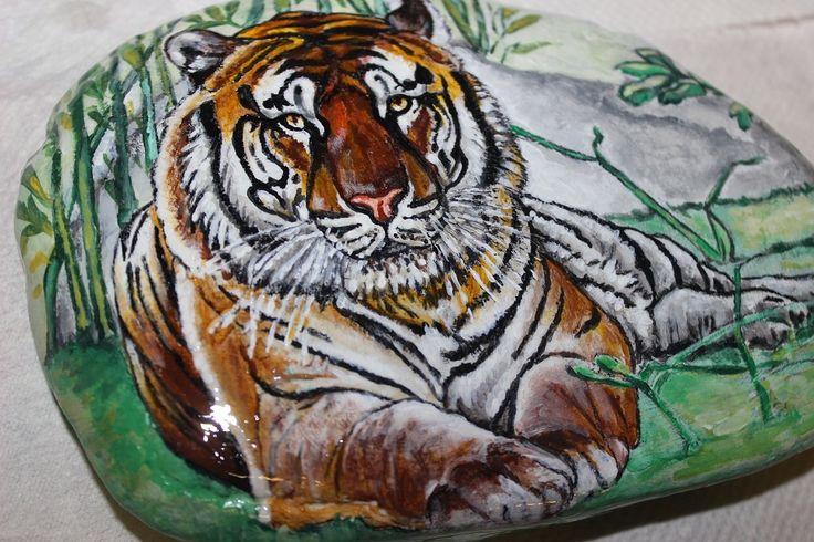 Pittura su sasso, con tempera acrilica. Riproduce la tigre dello zoo di Pistoia