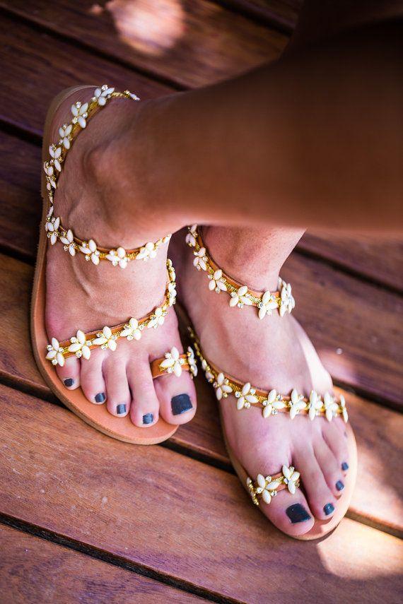 Sandales en cuir véritable décoré avec tresse plaqué or de haute qualité de crème opale et cristaux transparents (cousu sur la sandale à la main).
