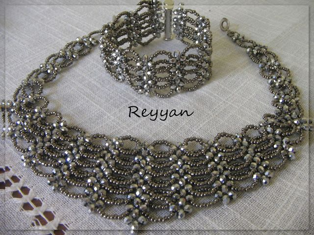free #tutorial with pictures. Je rijgt facetkralen via right angle weave.