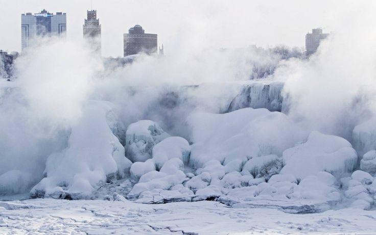 Schneebedeckte Eiszapfen prägen die Niagarafälle derzeit. Wo das Wasser fließt, trägt es Eis mit sich. Sehen Sie selbst – die folgenden Bilder sprechen für sich.
