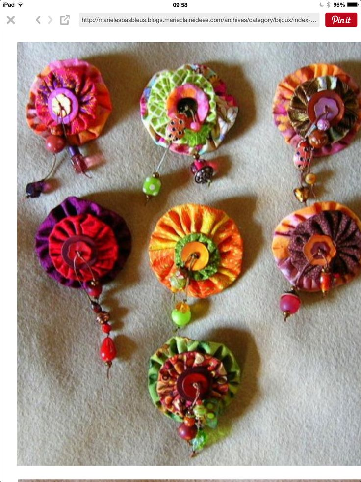 Broaches buttons