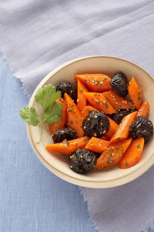 Sałatka marchewkowa ze śliwkami kalifornijskimi i kolendrą
