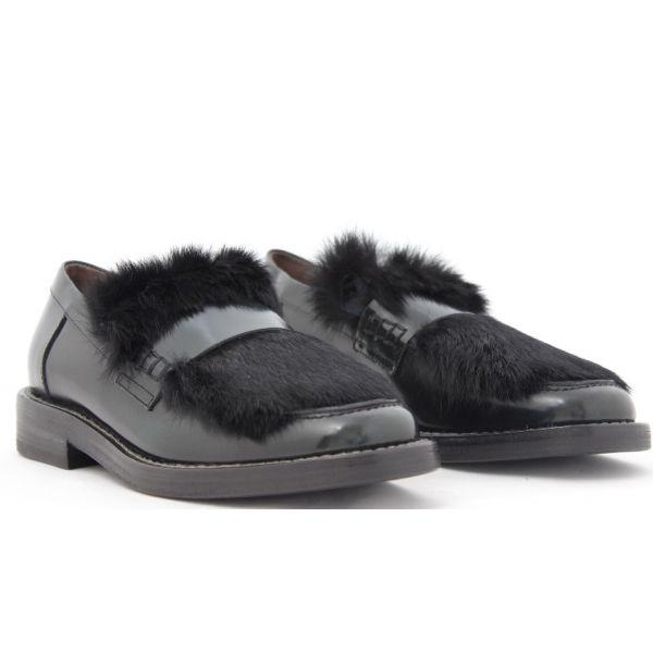 Laura Bellariva tira a lucido i suoi mocassini per garantirvi calzature dall'animo so chic. La vernice nera contrasta con la pelliccia  blu. Incredibilmente glamour per accendere di stile i vostri completi sartoriali. www.chicstellacaggiano.com