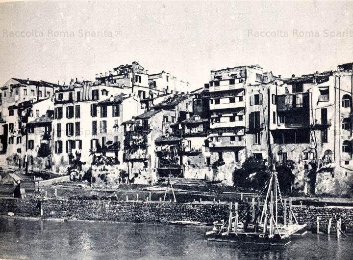 Foto storiche di Roma - Vecchie case sul Tevere a Ripetta. La fotografia è anteriore ai lavori di costruzione dei muraglioni del Tevere.