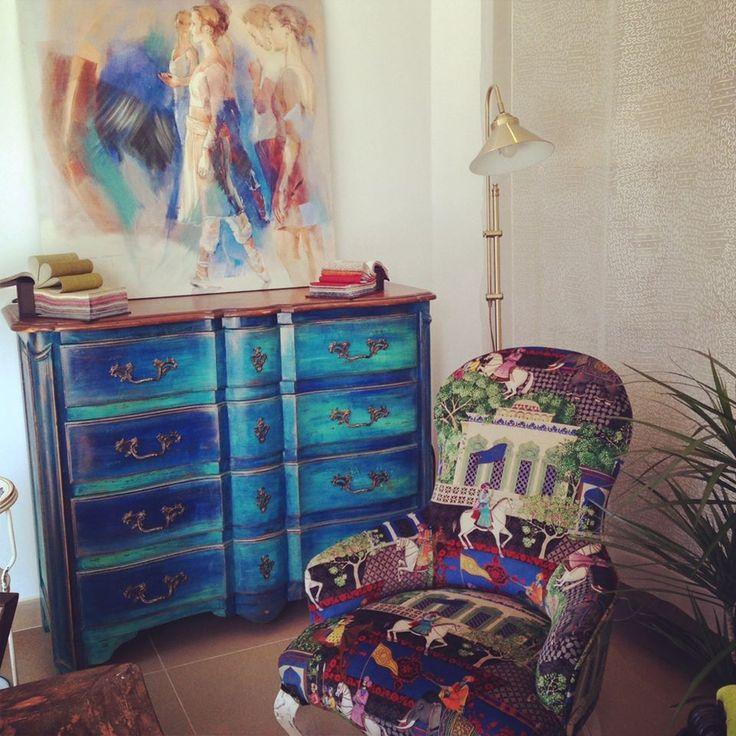 Cómoda restaurada y sillón restaurado y tapizado.