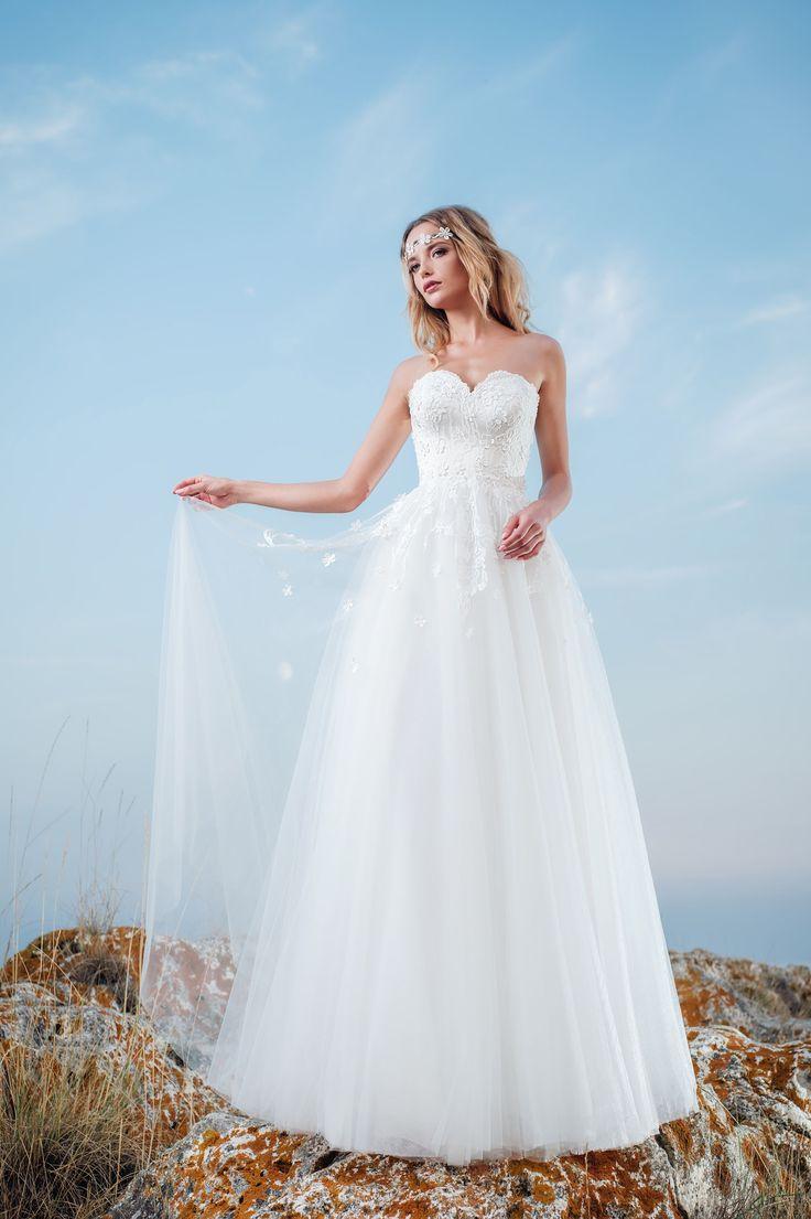 Nádherné svadobné šaty zdobené drobnými kvietkami vhodné pre vílu