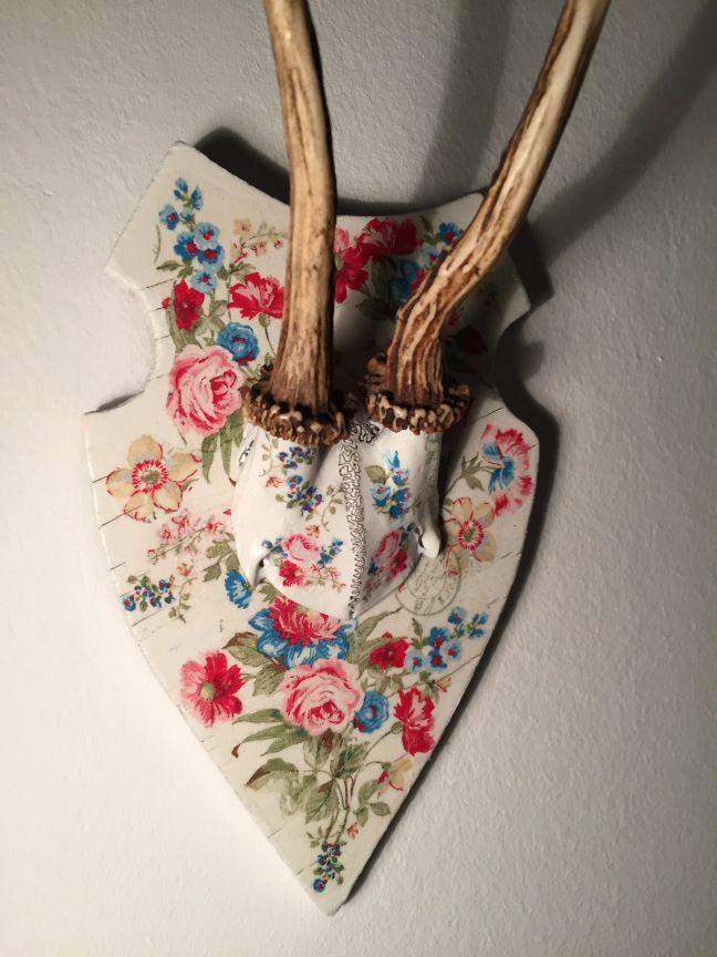 Erinnert ihr euch noch an Serviettentechnik ? Meine Mama und ich waren damals echte Fans. Kein Blumentopf, Glas oder die schnöde Holzkommode war vor uns sicher. Also dachte ich mir letztens das ich…