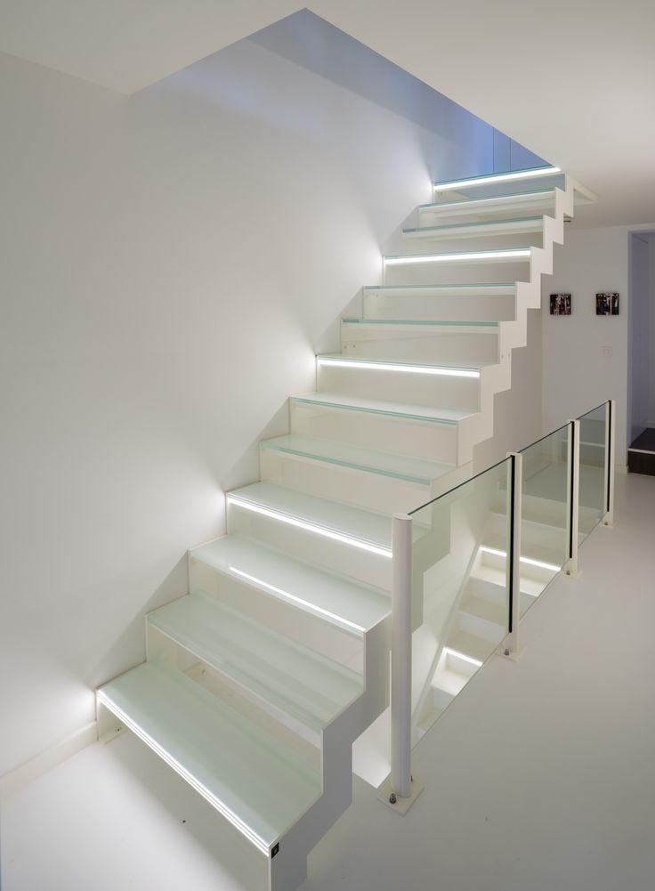 Trap in wit gelakt staal met glazen treden trappen for Modern trap