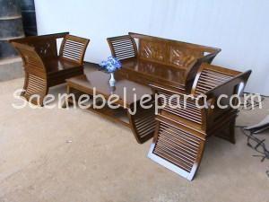 DESKRIPSI PRODUK: Kursi Minimalis Modern ini mempunyai desain mebel minimalis, furniture minimalis, kursi minimalis dengan ukiran berupa bunga pada setiap sandaran dan block samping yang mempercantik tampilan Kursi Minimalis Modern ini. dengan komposisi sebagai berikut: 3+1+1+meja (3 dudukan+1 dudukan+1 dudukan+meja tengah)