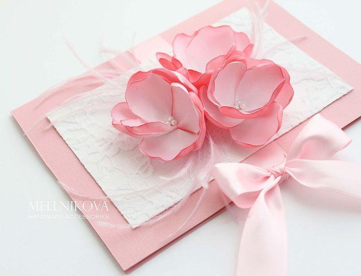 Купить или заказать Открытка 'Розовые перья' в интернет-магазине на Ярмарке Мастеров. Нежная, красивая открытка станет замечательным свадебным подарком. Выполнена из дизайнерского картона, украшена кружевом, цветами ручной работы и перьями страуса. Завязывается на атласные ленты. Внутреннее оформление по вашему…