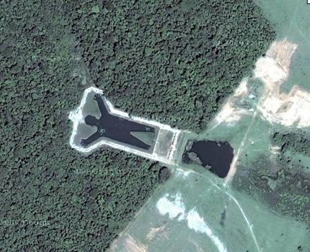 A synthetic wonder that can be truly appreciated only from above, this giant man-shaped lake (-21.805149,-49.089977) is located near Bauru, Brazil.