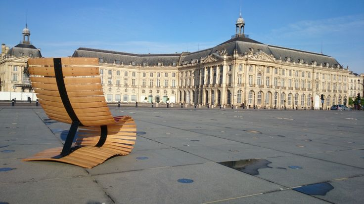 Un fauteuil élancé , fait de douelles se déroulant avec fluidité, comme libérées du cercle du tonneau.Evoquant le roulement, elles révèlent aussi les couleurs intérieures , la teinte...
