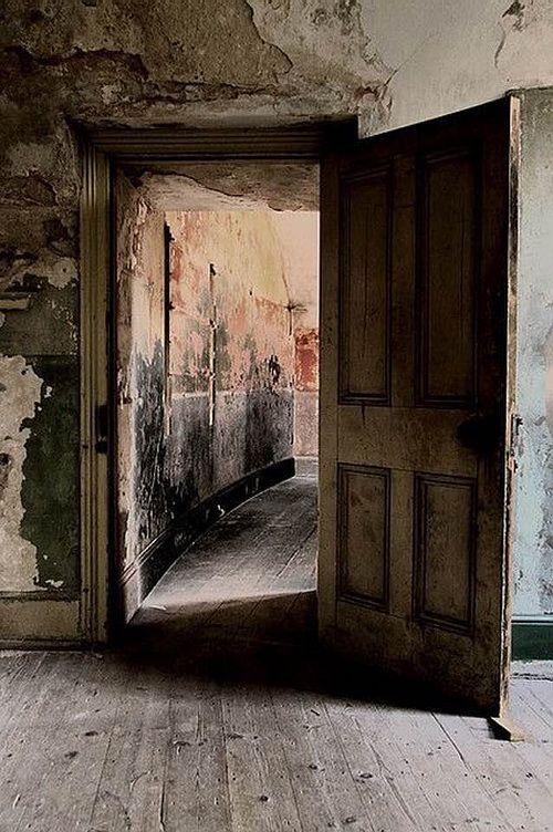 заброшенный дом и открытая дверь фото подходит
