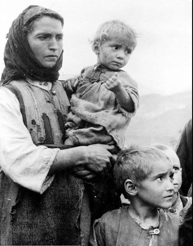 Μικρά κορίτσια στην Πάρνηθα με μια μερίδα χαλβά φωτ,Βούλα Παπαιωάννου