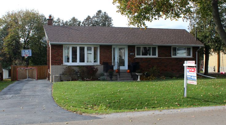 !! Sold !! *New listing* 202 Hallett Avenue, Whitby! Click on the pic to get more information!