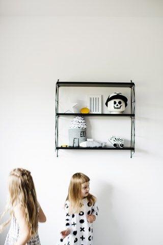 Dzięki jego prostocie i ponadczasowości sprawdzi się doskonale zarówno w nowoczesnych wnętrzach, jak i tych bardziej tradycyjnych. Idealny do biura, gabinetu, kuchni, łazienki czy dziecięcego pokoju. Półka składa się z 2 paneli bocznych (możliwość wyboru koloru: biały, czarny, szary) i 3 półek w kolorze naturalnego drewna, białym lub czarnym. Druciana rama malowana proszkowo, półki drewniane. Wymiary: 72 x 15 x 69 cm