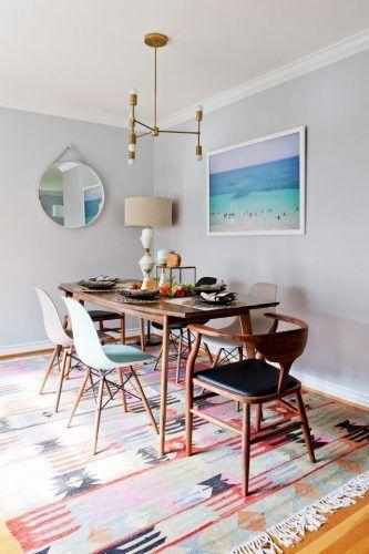 Lámpara art deco, tapete de colores, sillas de diseño y una fotografía de la playa logran que este comedor sea una maravilla. Si quieres hacer que tus espacios luzcan más grandes, cuelga un espejo.