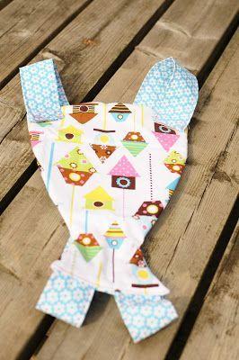 Al eerder maakte ik deze draagdoek voor mijn dochters pop, maar fleece is eigenlijk veel te warm om in de zomer je pop mee rond te dragen. ...