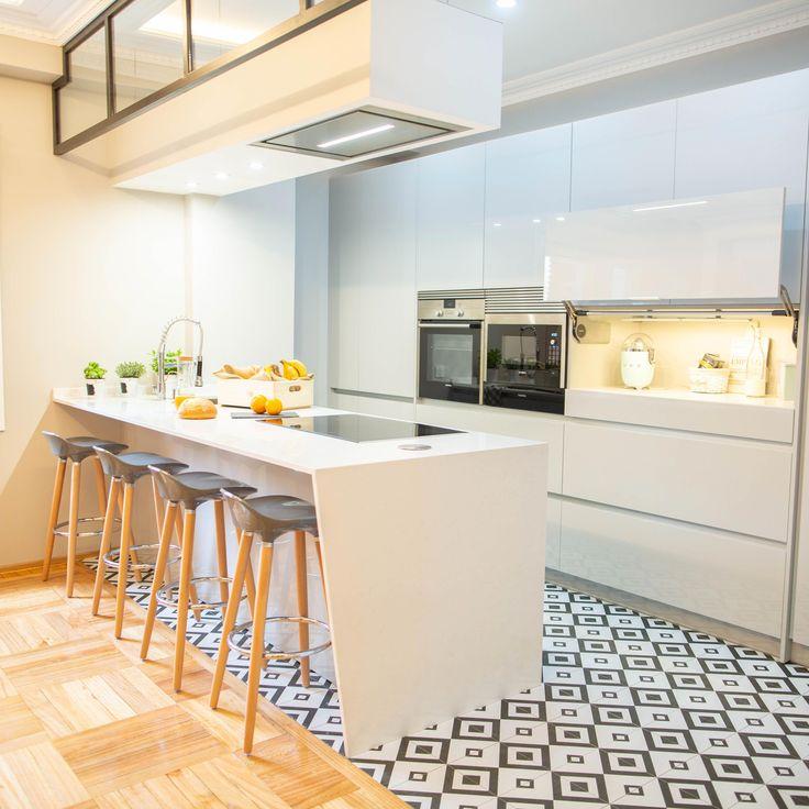 Pin By Nina Pereira On Cozinhas: Cocina Moderna En Blanco Con Isla Y Cambio De Pavimento