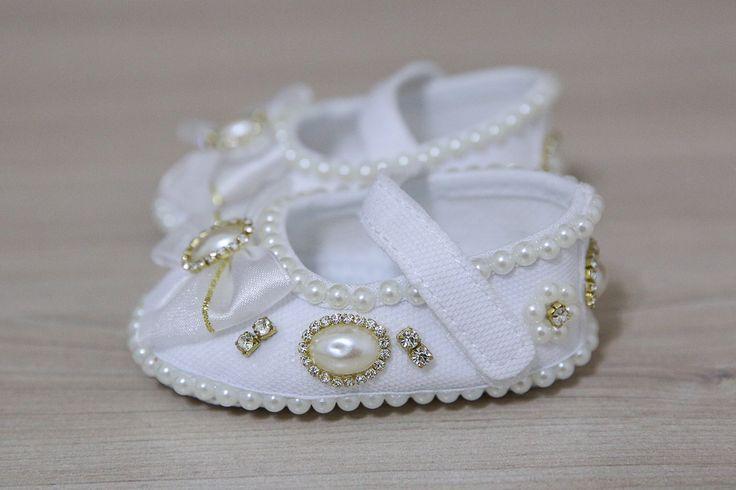 Sapatinho Branco c Pérola c/ Strass e Laço | Aline Baby Customização | Elo7